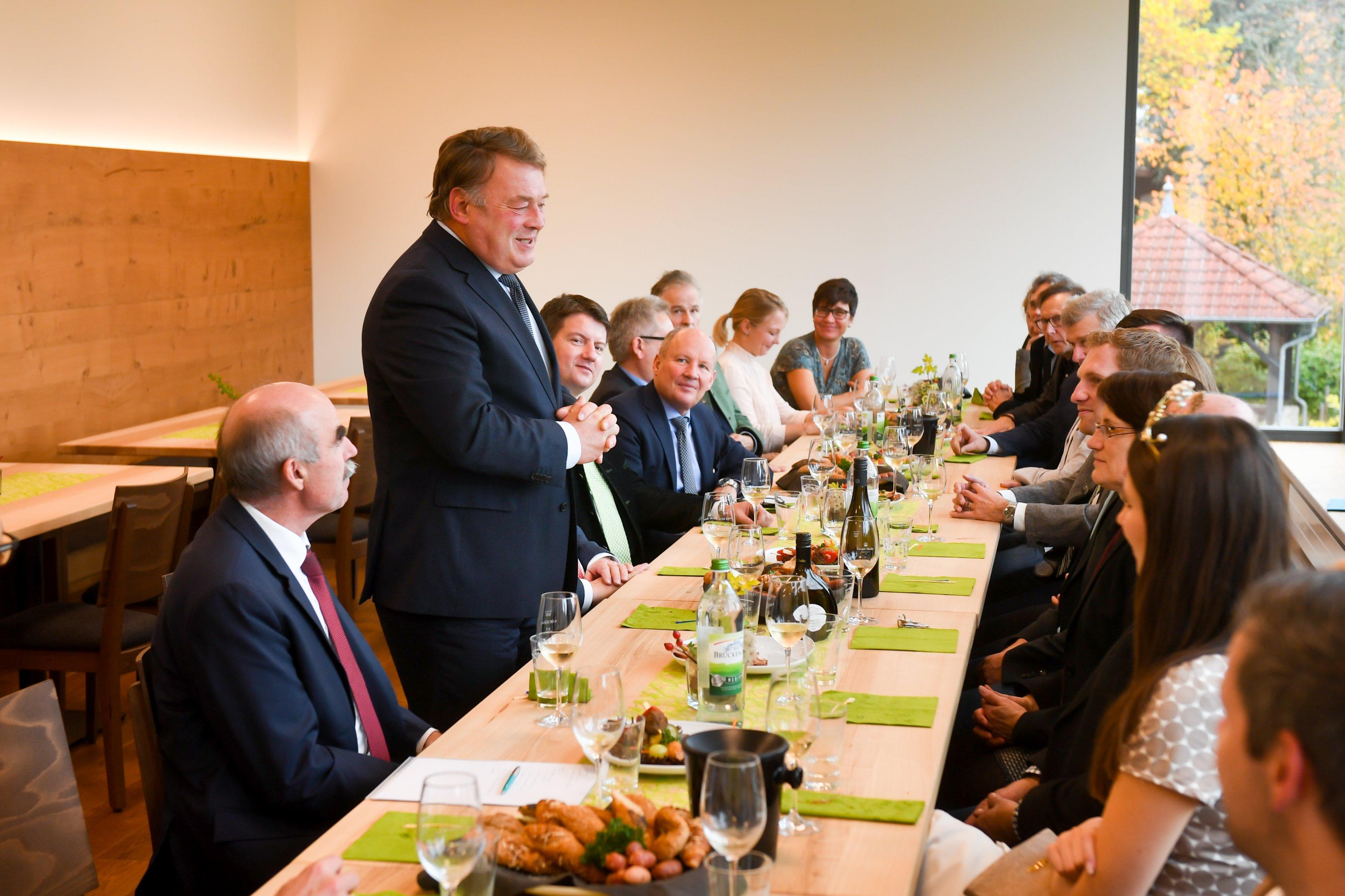 Weingut Neder: Diskussionsrunde mit Landwirtschaftsminister Helmut Brunner