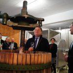 Landwirtschaftsminister Helmut Brunenr zu Besuch im Weingut Neder