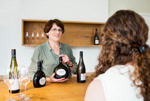 Weingut Neder: Helga Neder ist gelernte Bürokauffrau und hält den Laden am Laufen